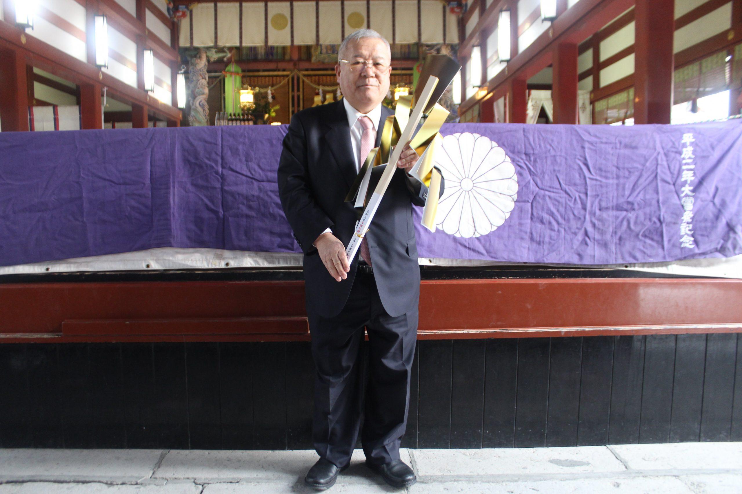 御幣串を手にする鎌田社長
