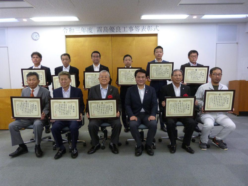 下段左から3番目 社長の鎌田・上段左から3番目 副社長の鎌田